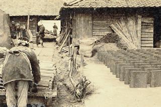 瓦に適した良質な粘土が取れる土壌で脈々と受け継がれた伝統の技。