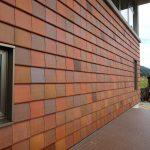 飛騨流葉の建物外壁、アースカラーの瓦が使われていました!